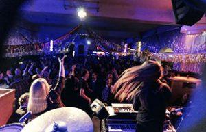 Band auf einer Party im berliner Clärchens Ballhaus